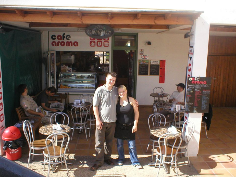 Carina (M.r.) und Malcolm (M.l.) wollen auf Lanzarote neu durchstarten. Das junge Paar hat sich auf der kanarischen Insel kennengelernt und dort sch... - Bildquelle: kabel eins