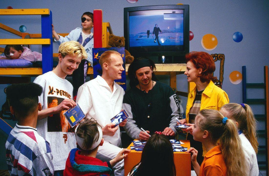 """Pfleger Sprosse (Sven Riemann, 3.v.l.) bittet die Pop-Band """"X-Perience"""", eine kleine Autogrammstunde im Kinder-Krankenhaus zu geben. - Bildquelle: Krajewsky Sat.1"""