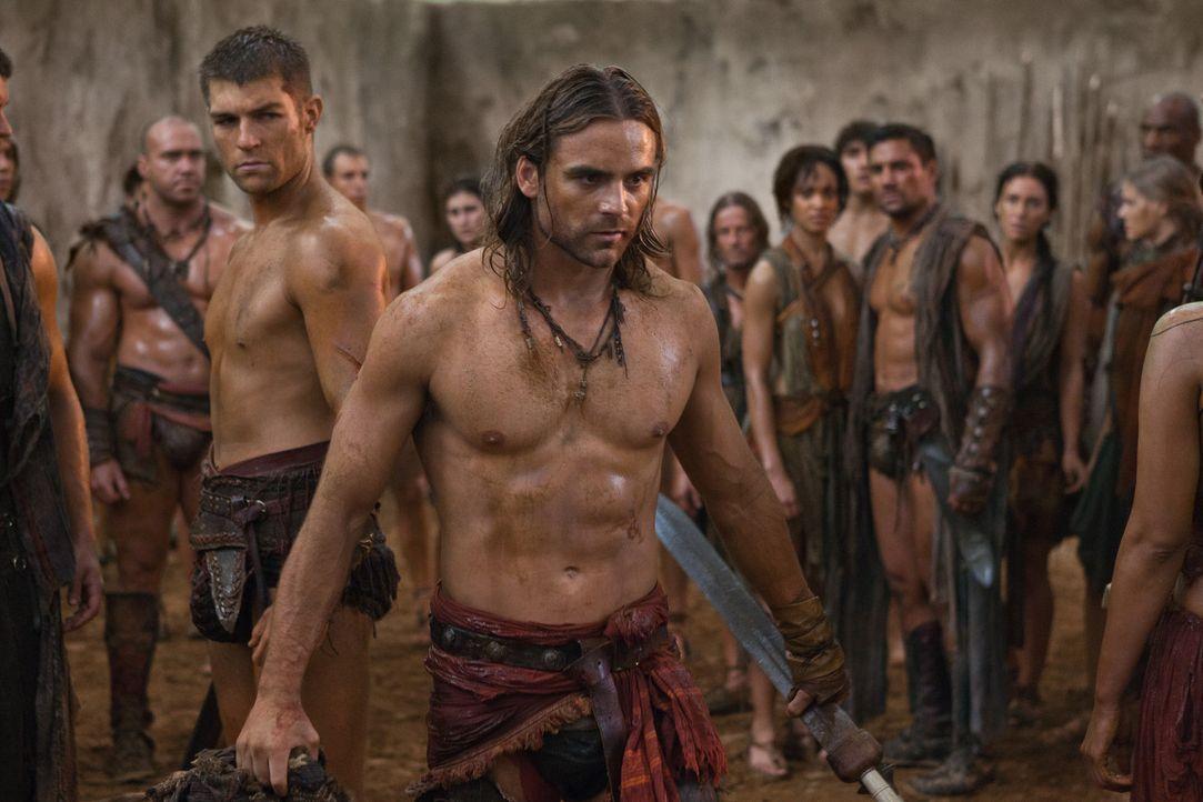 Als Gannicus (Dustin Clare, r.) die Aufständischen verlassen möchte, kommt es zum Eklat mit Spartacus (Liam McIntyre, l.) ... - Bildquelle: 2011 Starz Entertainment, LLC. All rights reserved.