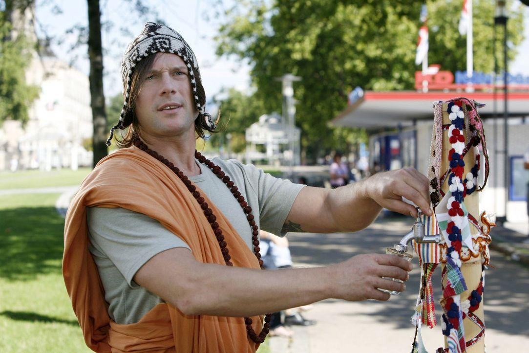 Der Mönch (Hanno Friedrich) hat echt tibetanisches Tempelwasser im Angebot ... - Bildquelle: Kai Schulz Sat.1