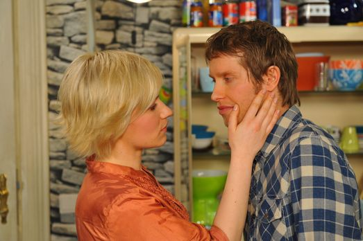 Anna und die Liebe - Jojo (Bernhard Bozian, r.) lässt sich zu einem Kuss mit...