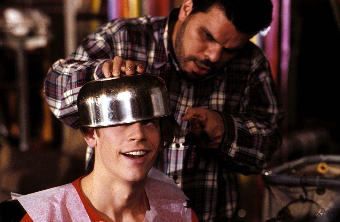 Schul-Hausmeister Ray (Luis Guzmán, r.) ist Lloyds (Eric Christian Olsen, l.) Adoptivvater. Liebevoll kümmert er sich um Jungen ... - Bildquelle: Warner Bros.