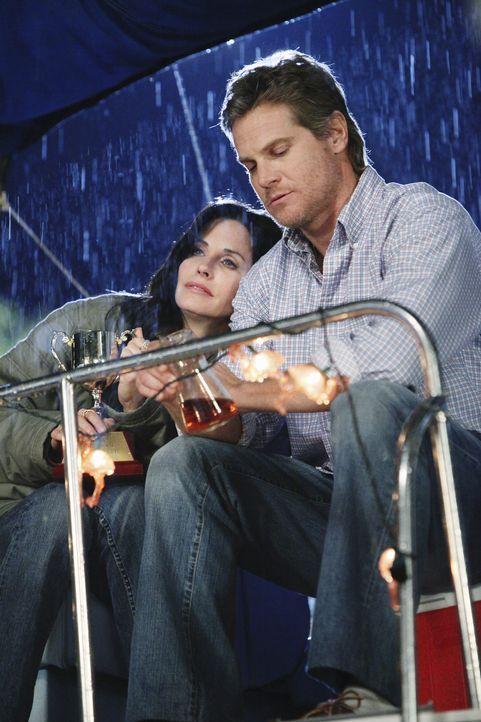 Jules (Courteney Cox, l.) will den Abend nicht allein verbringen und sucht bei ihrem Ex-Mann Bobby (Brian Van Holt, r.) Geborgenheit. Mit fatalen Fo... - Bildquelle: 2009 ABC INC.