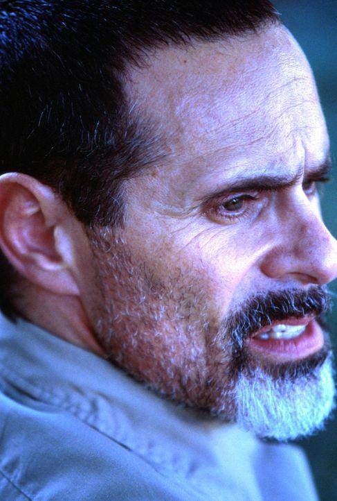 Der islamistische Terrorist Rashid (Joel Swetow) verlangt von der US-Regierung, alle Stützpunkte im Nahen Osten aufzugeben. - Bildquelle: CBS Television