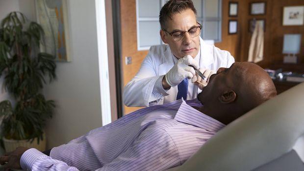 Obwohl Rosewood (Morris Chestnut, r.) Dr. Foster (Adrian Pasdar, l.) sehr deu...