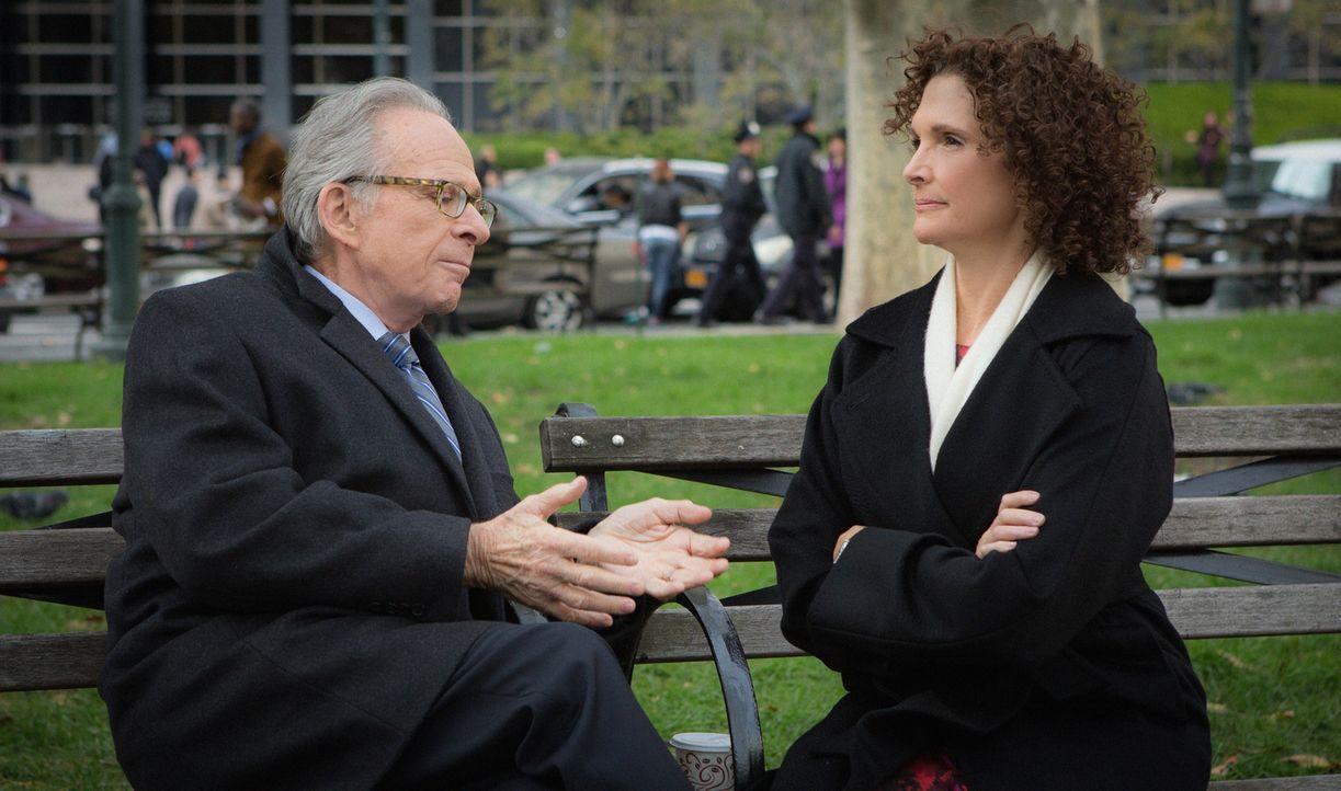 Brains Vater Dennis (Ron Rifkin, l.) stellt Naz (Mary Elizabeth Mastrantonio, r.) gegenüber klar, dass er sie zur Verantwortung ziehen wird, falls s... - Bildquelle: Giovanni Rufino 2015 CBS Broadcasting, Inc. All Rights Reserved