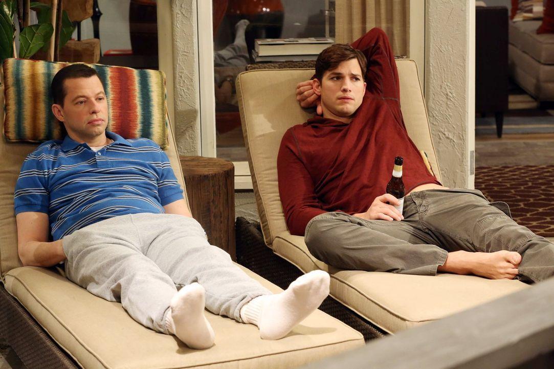 Auf Walden (Ashton Kutcher, r.) und Alan (Jon Cryer, l.) wartet ein ganz besonderer Valentinstag ... - Bildquelle: Warner Brothers Entertainment Inc.