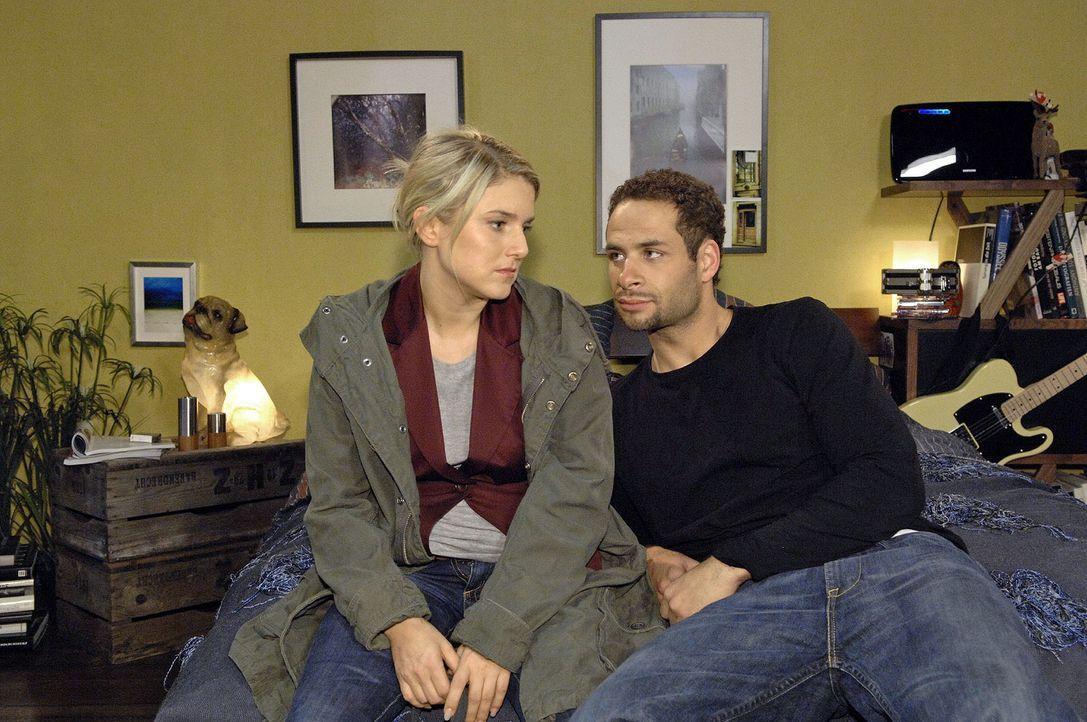 Nach Jannicks (Mike Adler, r.) Unfall liegt Anna (Jeanette Biedermann, l.) mit der Familie im Streit und beschließt, Weihnachten nicht zu Hause zu f... - Bildquelle: Claudius Pflug Sat.1