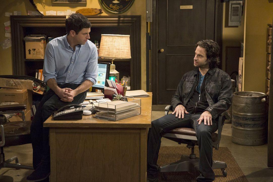 Um zu verhindern, dass Justin (Brent Morin, l.) sein Geheimnis verrät, muss Danny (Chris D'Elia, r.) einigen Aufwand betreiben ... - Bildquelle: Warner Brothers