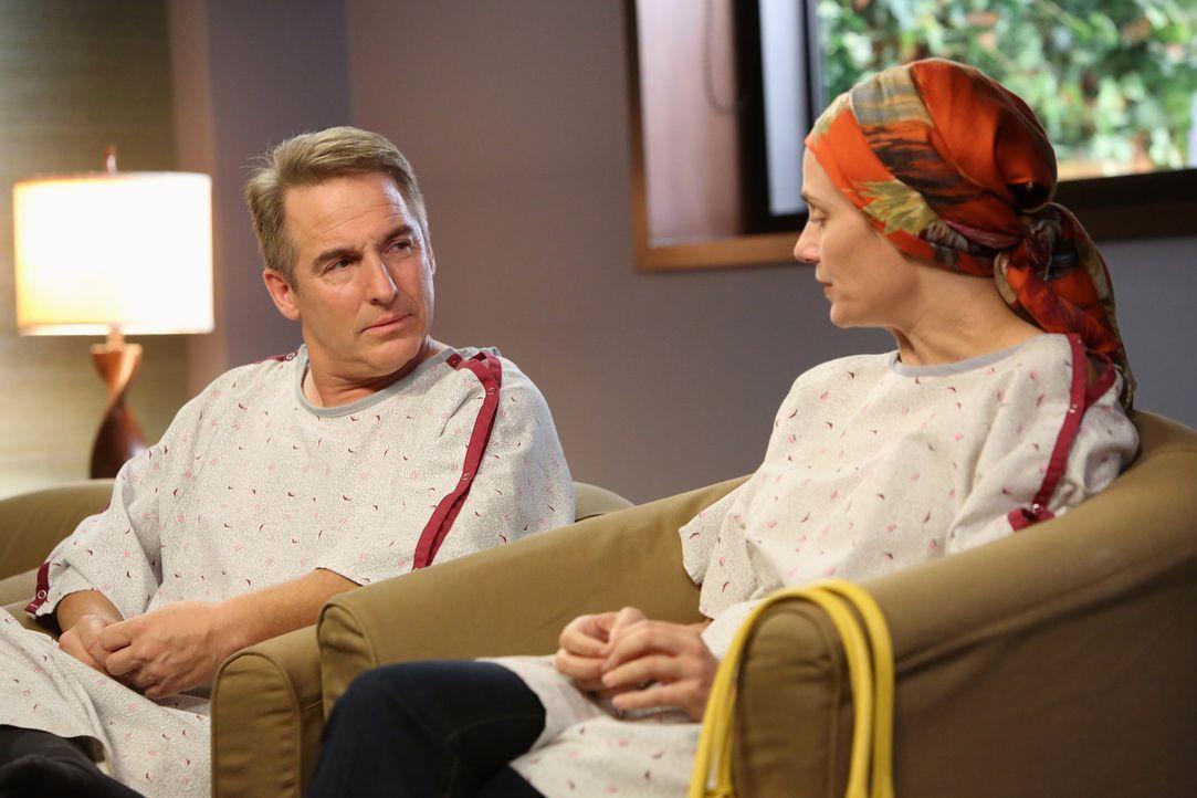 Während eines dunklen Moments in seinem Leben findet Sheldon (Brian Benben, l.) das Glück mit Miranda (Diane Farr, r.) ... - Bildquelle: ABC Studios