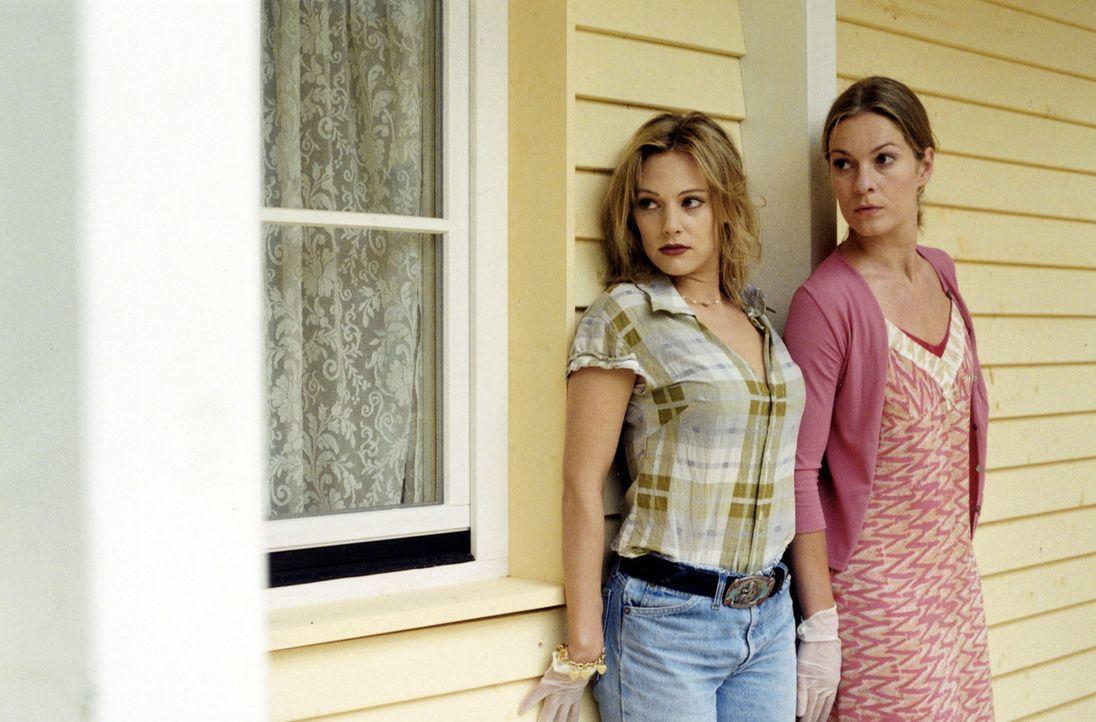 Kate (Lisa Martinek, r.) und Rita (Eva Hassmann, l.) versuchen bei Mattuschek einzubrechen. - Bildquelle: Louis Jean Heydt Sat.1