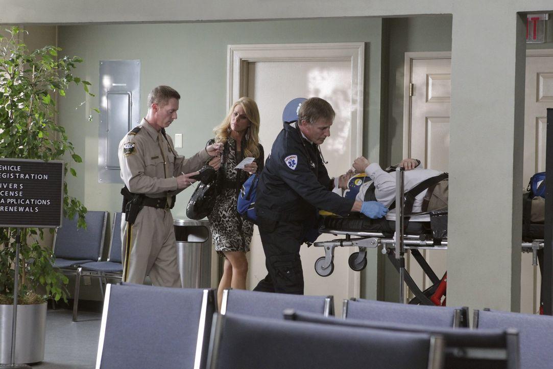 Was ist denn nur mit Dallas (Cheryl Hines, 2.v.l.) passiert? - Bildquelle: Warner Bros. Television
