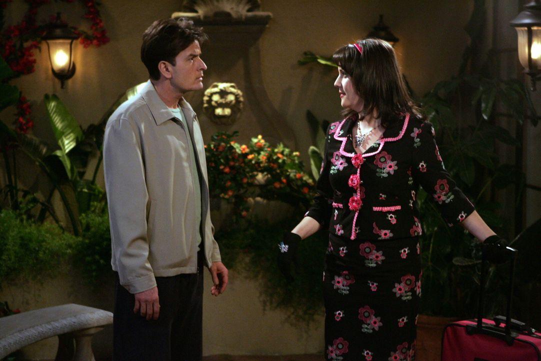 Zu Charlies (Charlie Sheen, l.) Verwunderung fliegt Rose (Melanie Lynskey, r.) wirklich nach London. Nach und nach begreift er, dass er den einzigen... - Bildquelle: Warner Brothers Entertainment Inc.