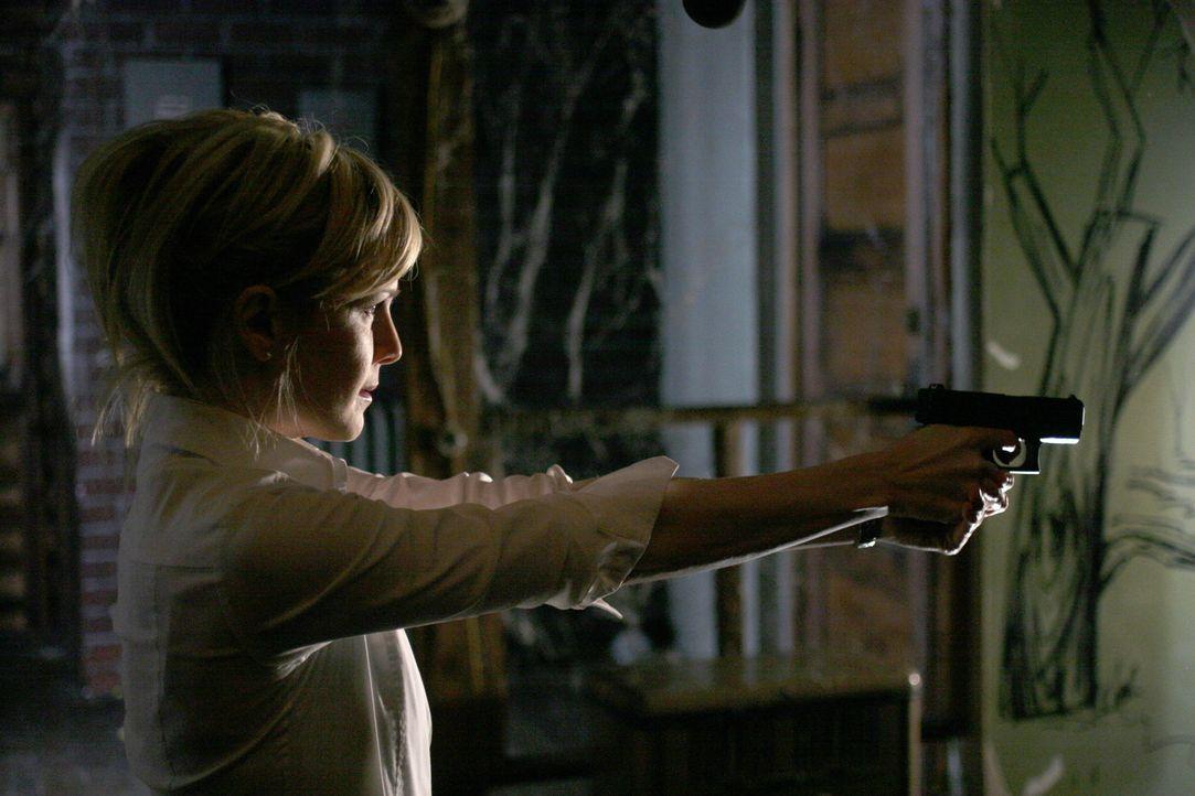 Auf wen hat Det. Lilly Rush (Kathryn Morris) sie Waffe gerichtet? Hat sie den wahren Täter im Visier? - Bildquelle: Warner Bros. Television