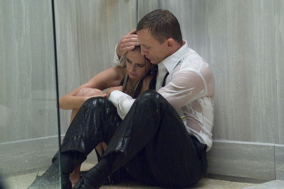 Bei seinem Auftrag, Finanzhai Le Chiffre außer Gefecht zu setzten, verliebt sich James Bond (Daniel Craig, r.) in seine Geldbotin Vesper (Eva Green,... - Bildquelle: 2006 DANJAQ, LLC, UNITED ARTISTS CORPORATION AND COLUMBIA PICTURES INDUSTRIES, INC. ALL RIGHTS RESERVED.