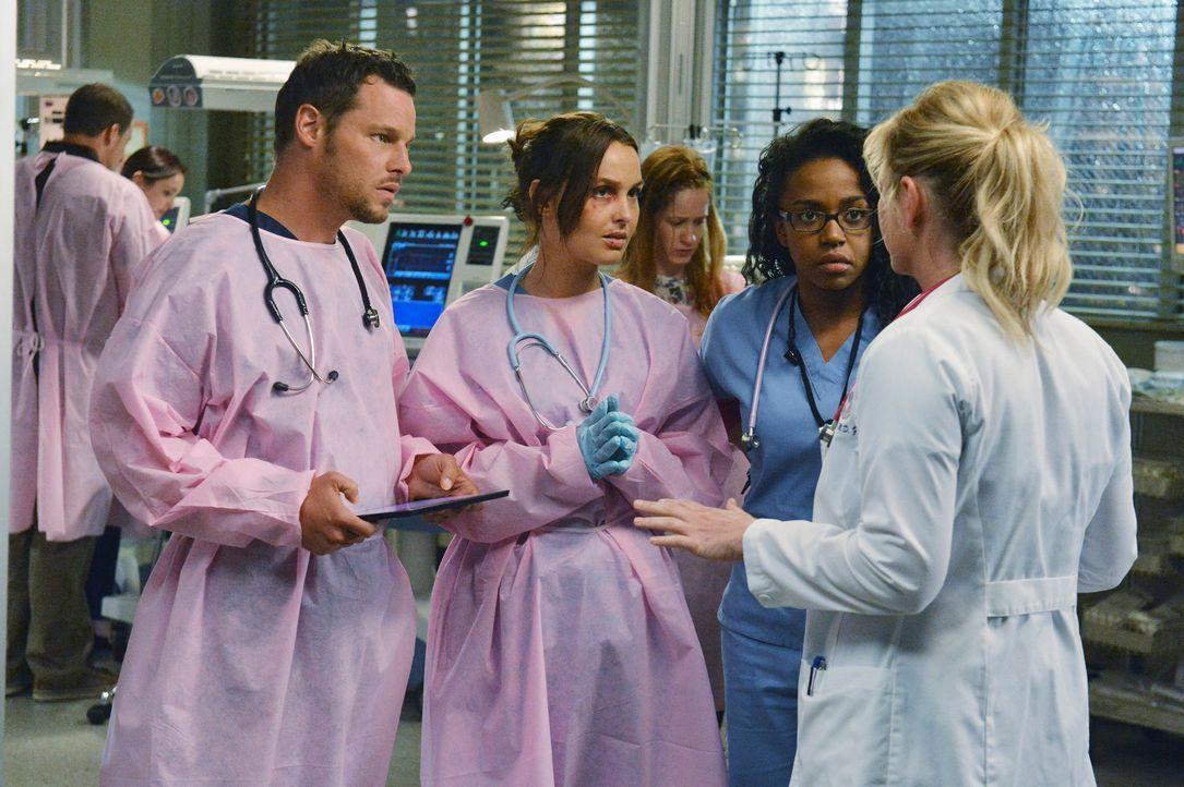 Die Ärzte erwarten einen starken Sturm. Arizona (Jessica Capshaw, r.) gibt letzte Anweisungen an Alex (Justin Chambers, l.), Jo (Camilla Luddington... - Bildquelle: ABC Studios