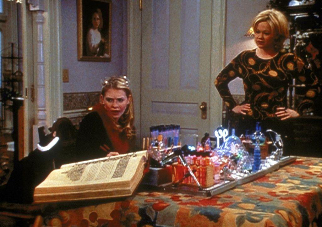 Sabrina (Melissa Joan Hart, l.) steht kurz vor dem Examen, doch leider fühlt sie sich schlapp und müde. Tante Hilda (Caroline Rhea, r.) rät ihr,... - Bildquelle: Paramount Pictures