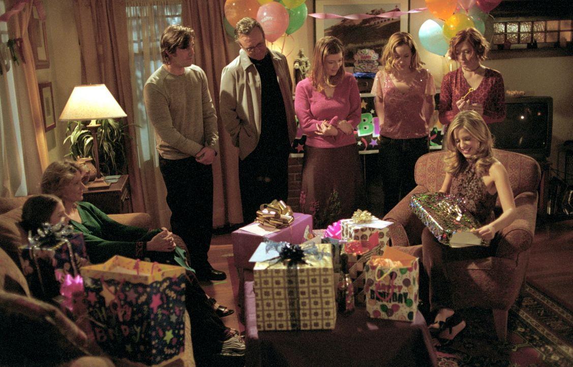(v.r.n.l.) Buffy (Sarah Michelle Gellar) wird von ihren Freunden Willow (Alyson Hannigan), Anya (Emma Caulfield), Tara (Amber Benson), Giles (Anthon... - Bildquelle: TM +   2000 Twentieth Century Fox Film Corporation. All Rights Reserved.