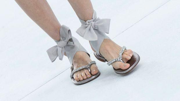 Sandalen Modenschau Füße_dpa