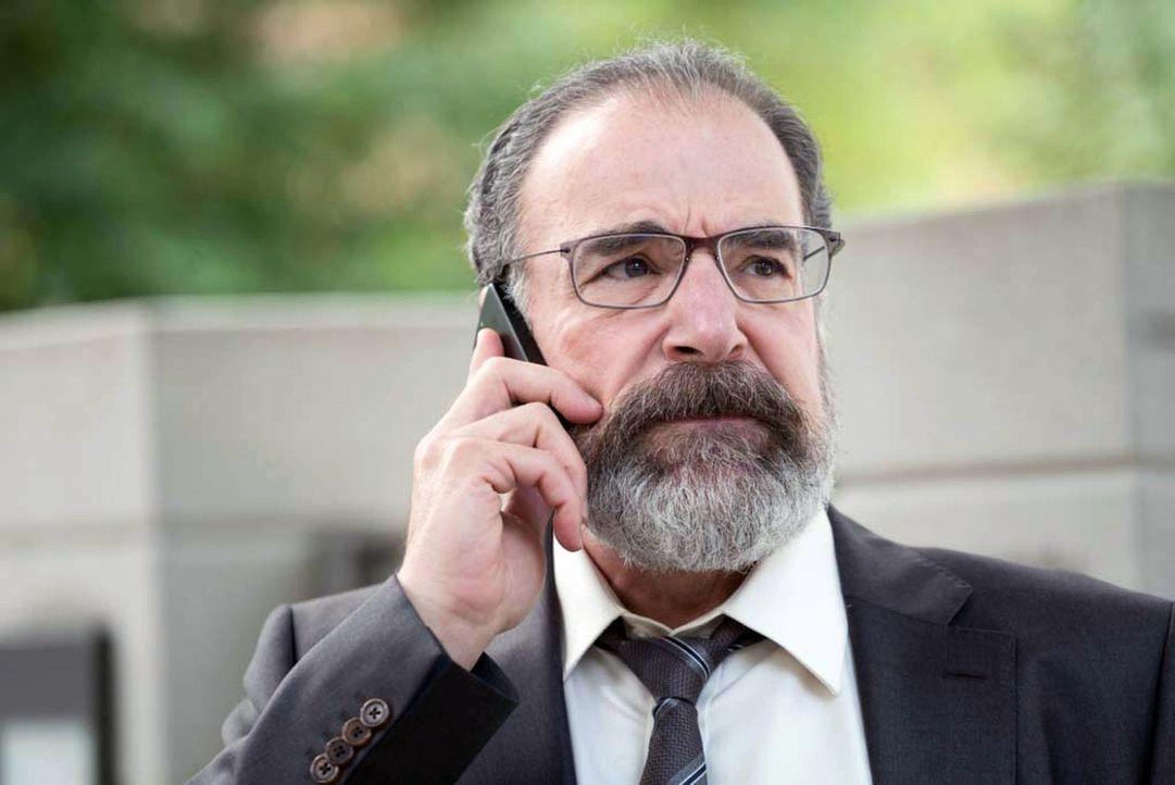 Saul (Mandy Patinkin) trifft sich mit Carrie, die sich Hilfe von ihm erhofft. Doch Saul findet sich schon bald selbst unter Beobachtung seiner Vorge... - Bildquelle: Stephan Rabold 2015 Showtime Networks, Inc., a CBS Company. All rights reserved.