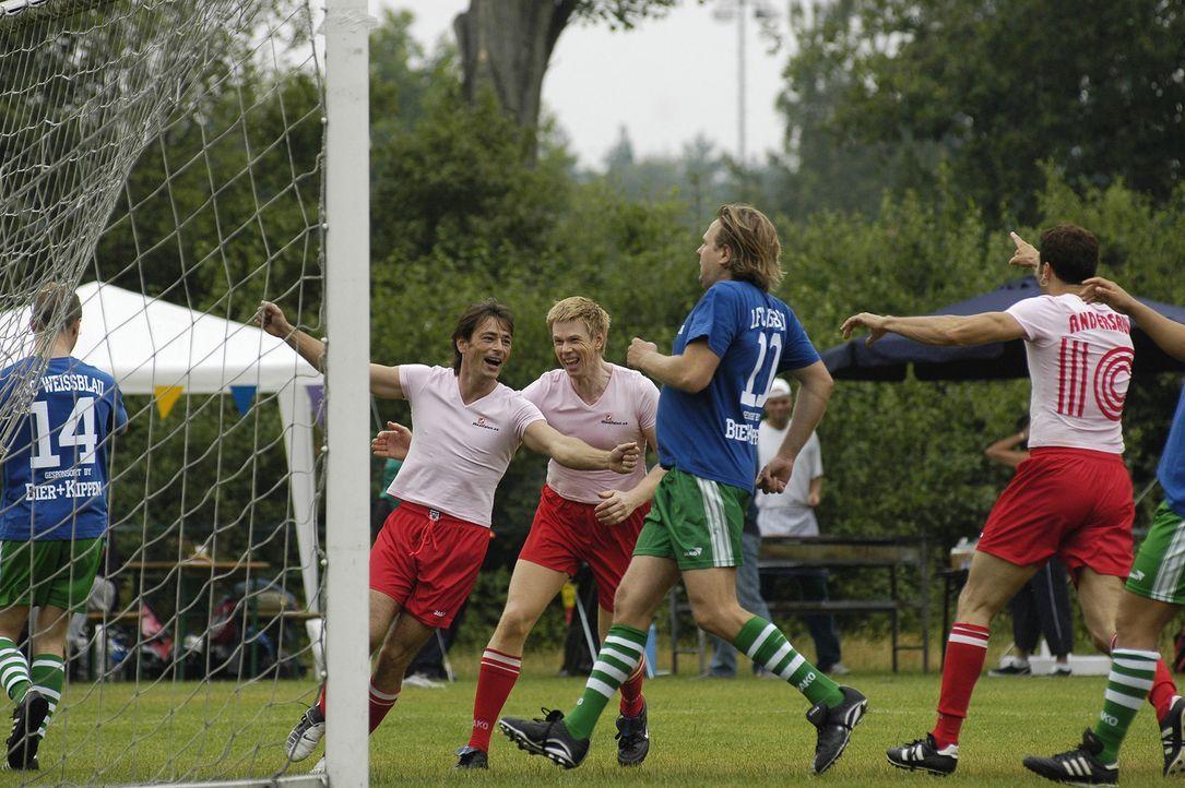 Um seine Traumfrau zu gewinnen, läuft Tom (Jan Sosniok, l.) für die Fußballmannschaft der Schwulen auf den Platz ... - Bildquelle: Stefan Erhardt ProSieben