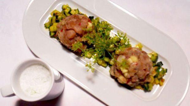 Zum Gurkensalat mit Fischtatar wird türkischer Ayran serviert