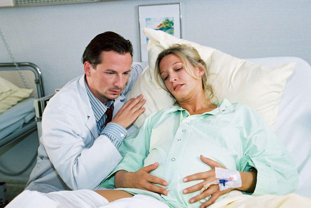Dr. Meier-Liszt (David C. Bunners, l.) ist überrascht, als die schwangere Monika von Mechingen (Niki Greb, r.) eingeliefert wird. Die beiden hatten... - Bildquelle: Monika Schürle Sat.1