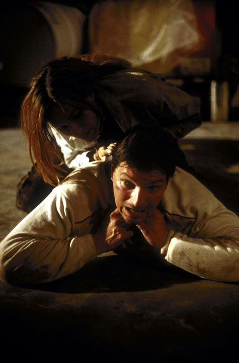 Als André (Stefan Jürgens, unten) Corinna (Alexandra Kamp, oben) helfen will, stürzt sie sich sofort auf ihn - und leugnet den auf sie verübten... - Bildquelle: Leslie Haslam ProSieben
