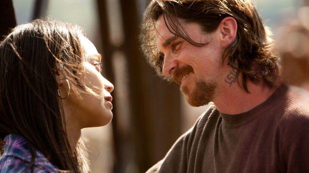 Seit Jahren versuchen Russell (Christian Bale, r.) und seine Freundin Lena (Z...