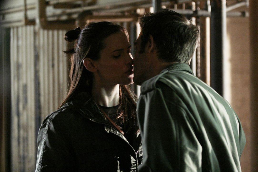 Nach getaner Arbeit kommen sich Vaughn (Michael Vartan, r.) und Sydney (Jennifer Garner, l.) näher ... - Bildquelle: Touchstone Television