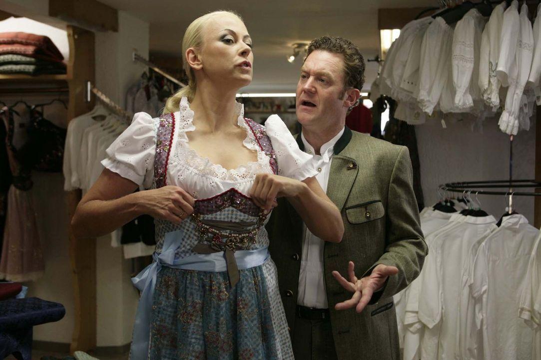 Christian (Jürgen Tonkel, r.) braucht ganz schön lange, bis er erkennt, dass seine Vera (Jenny Elvers-Elbertzhagen, l.) ein infames Miststück ist... - Bildquelle: Sat.1