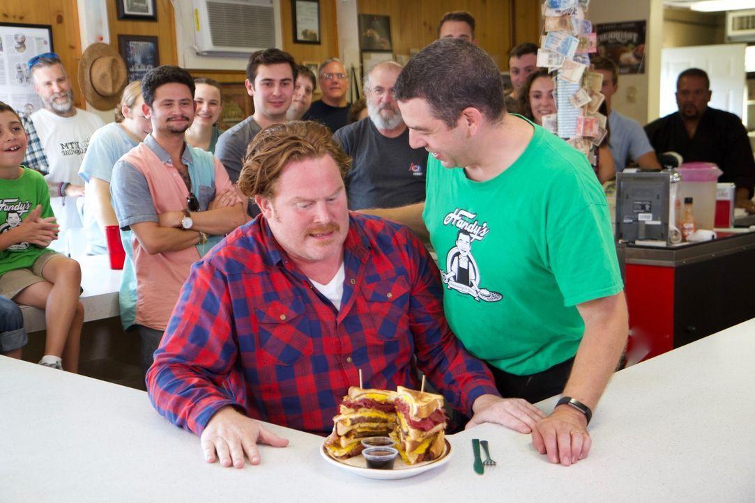 """Earl (r.) von """"Handy's Lunch"""" in Burlington ist gespannt, wie sich Casey (l.) bei seinem gigantischen """"Chuck-Norris-Sandwich"""" schlagen wird ... - Bildquelle: 2017,The Travel Channel, L.L.C. All Rights Reserved."""