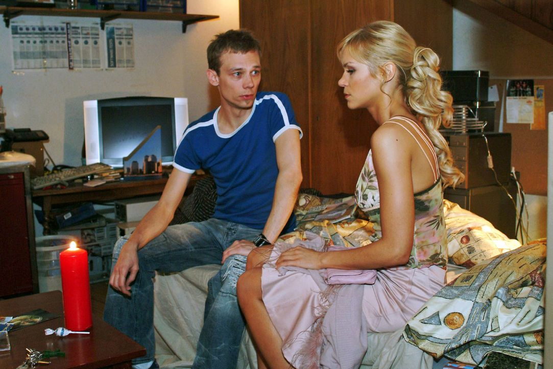 Schweren Herzens eröffnet Jürgen (Oliver Bokern, l.) Sabrina (Nina-Friederike Gnädig, r.), dass er nun doch nicht mit ihr zusammenziehen möchte - un... - Bildquelle: Monika Schürle Sat.1