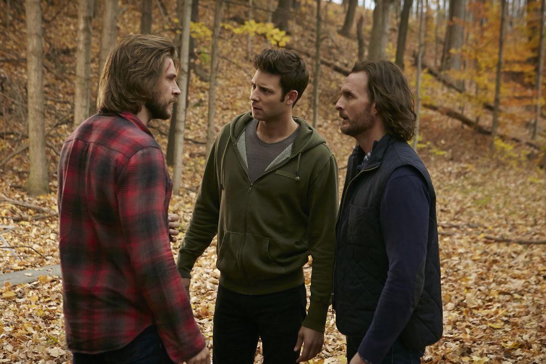 Noch ahnen Nick (Steve Lund, M.) und Jeremy (Greg Bryk, r.) nicht, dass sie sich gar nicht den wahren Clay (Greyston Holt, l.) ins Haus geholt haben... - Bildquelle: 2015 She-Wolf Season 2 Productions Inc.