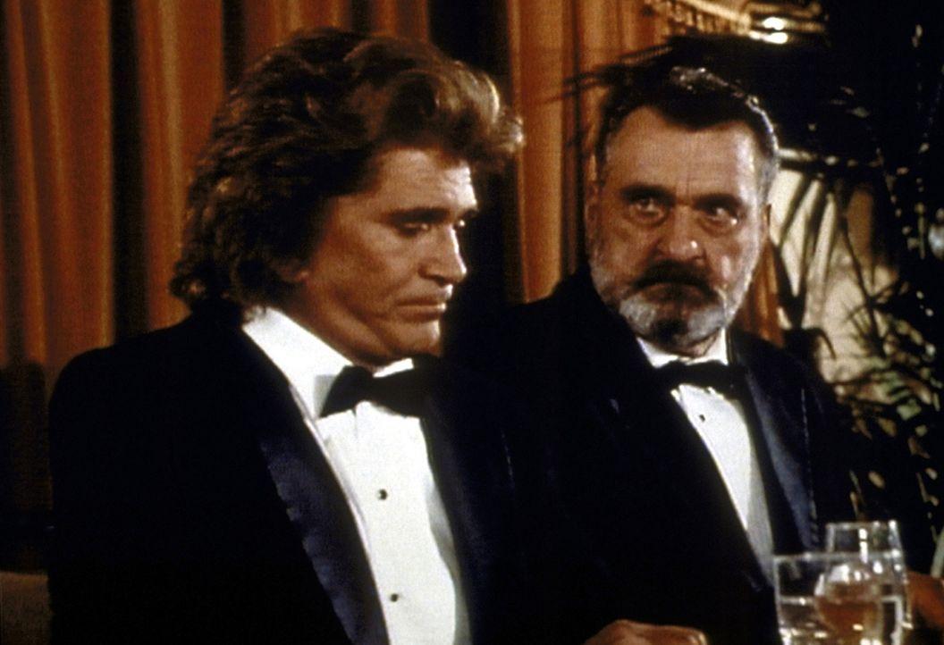 """Jonathan (Michael Landon, l.) und Mark (Victor French, r.) nehmen an Waynes Auszeichnung zum """"Mann des Jahres"""" teil. - Bildquelle: Worldvision Enterprises, Inc."""