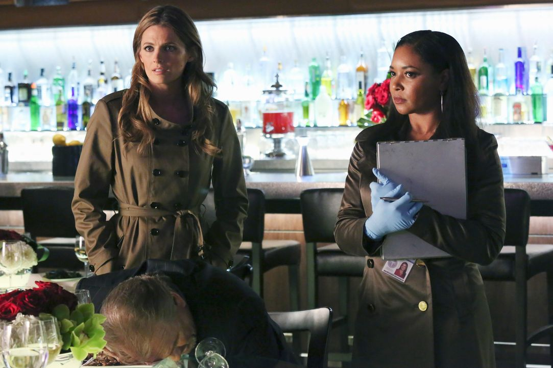 Arthur Felder (Robert Craighead, vorne) wird in einem Edel-Restaurant vergiftet. Kate Beckett (Stana Katic, l.) und Lanie Parish (Tamala Jones, r.)... - Bildquelle: ABC Studios