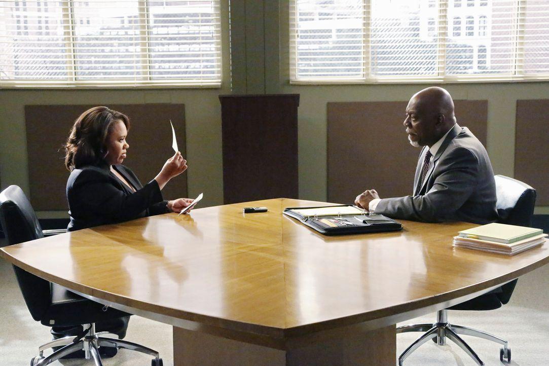 Bailey (Chandra Wilson, l.) wird beschuldigt, die Hauptverantwortliche für die Übertragung einer tödlichen Infektion zu sein und wird genauestens vo... - Bildquelle: ABC Studios