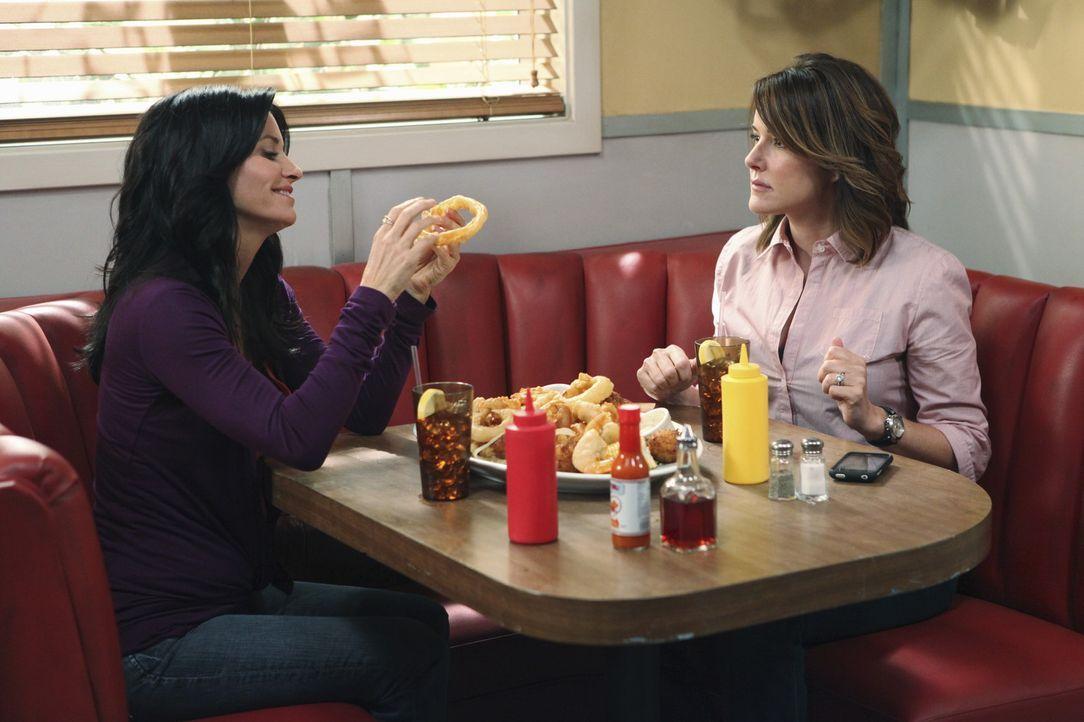 Während Jules (Courteney Cox, l.) sich von Jeff getrennt hat, entdeckt Ellie (Christa Miller, r.) ihre Liebe zu ihrem Mann neu ... - Bildquelle: 2009 ABC INC.