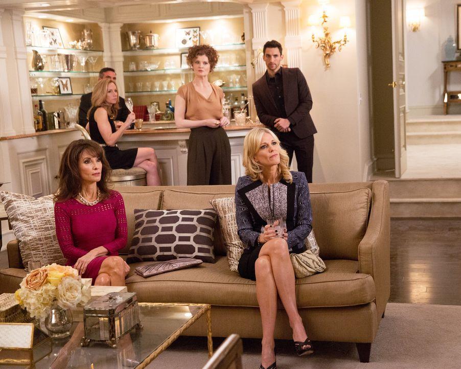 Als sich die Raubserie fortsetzt, beruft Adrian eine Krisensitzung zusammen. Wie werden Genevieve (Susan Lucci, vorne l.), Evelyn (Rebecca Wisocky,... - Bildquelle: 2014 ABC Studios