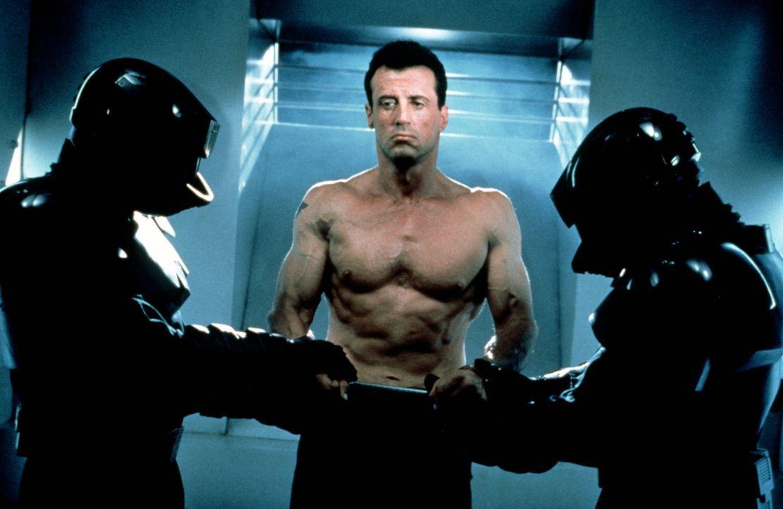 Um seine Unschuld zu beweisen, muss Judge Dredd (Sylvester Stallone) aus dem Gefängnis fliehen, denn alle Beweise sprechen gegen ihn ... - Bildquelle: Buena Vista Pictures