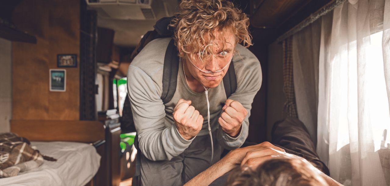 """Möchte kurz vor seinem Ableben noch den """"geilsten Tag"""" erleben, deshalb macht sich Andi (Matthias Schweighöfer) zusammen mit seinem Hospizkollegen a... - Bildquelle: Warner Brothers"""