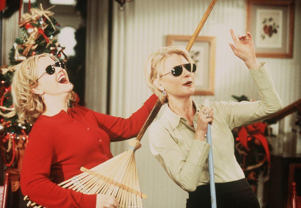 Hilda (Caroline Rhea, l.) und Zelda (Beth Broderick, r.) lassen sich allerhand einfallen, um Mr. Kraft ein vergnügliches Weihnachtsfest zu bereiten. - Bildquelle: Paramount Pictures