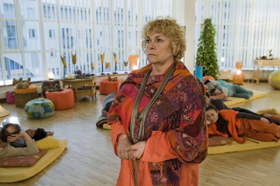 Gitta (Dagmar Biener) kann nicht glauben, dass ausgerechnet auf einer ihrer Kuschelpartys eine junge Frau ermordet wurde ... - Bildquelle: SAT.1