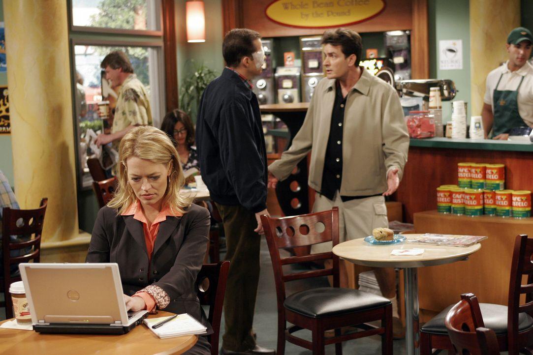 Nachdem Charlie (Charlie Sheen, r.) und Alan (Jon Cryer, M.) beim Augenarzt waren, treffen sie in einem Coffeshop auf die hübsche Sherri (Jeri Ryan... - Bildquelle: Warner Bros. Television