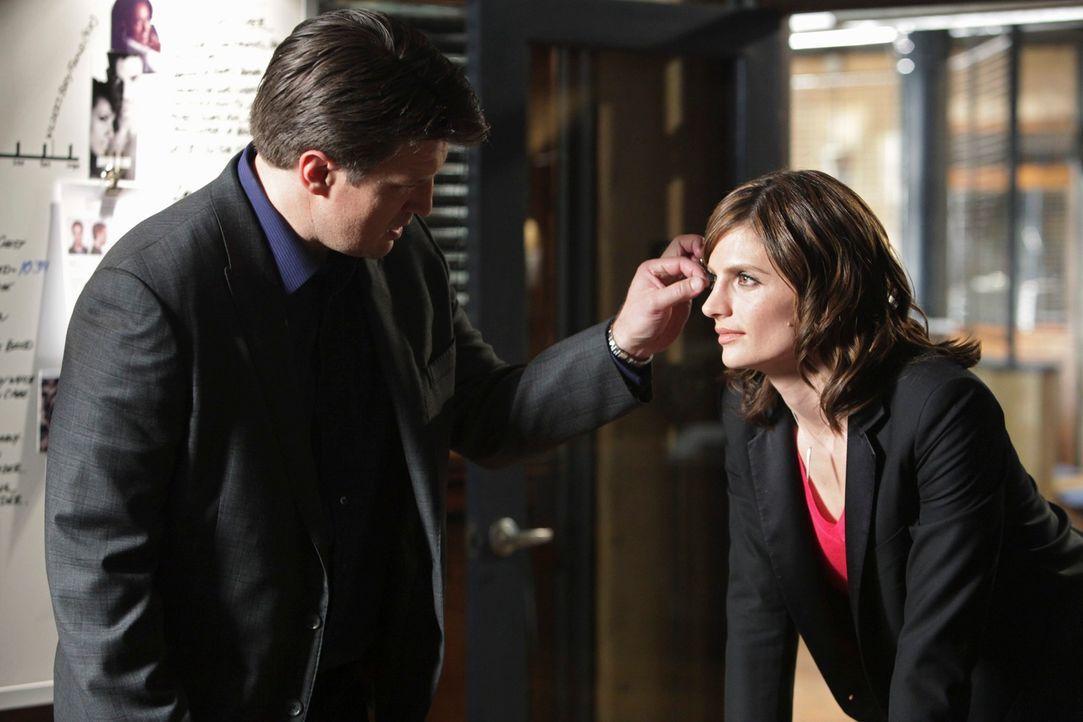 Der Mord, an dem berühmte Hersteller von Pflegeprodukten, Damian Wilder, beschäftigt Richard Castle (Nathan Fillion, l.) und Kate Beckett (Stana Kat... - Bildquelle: ABC Studios