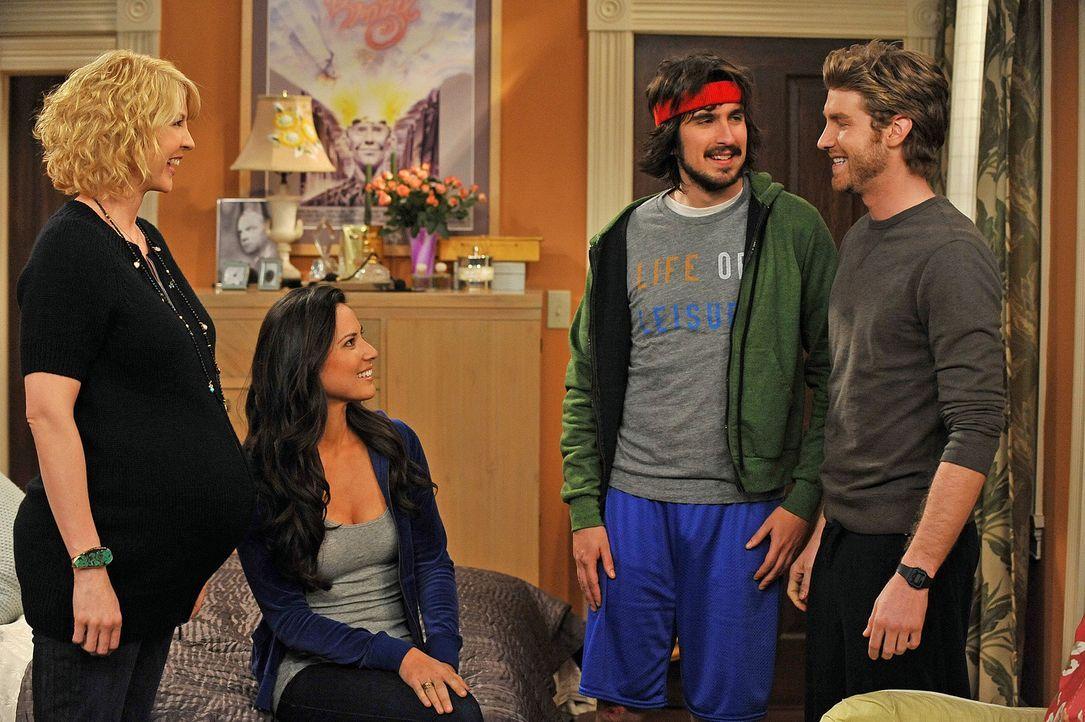 Billie (Jenna Elfman, l.) hat Säuglingsschwester Nicole (Olivia Munn, 2.v.l.) eingestellt. Sie soll das Haus Babysicher machen und dabei hat sie au... - Bildquelle: 2009 CBS Broadcasting Inc. All Rights Reserved