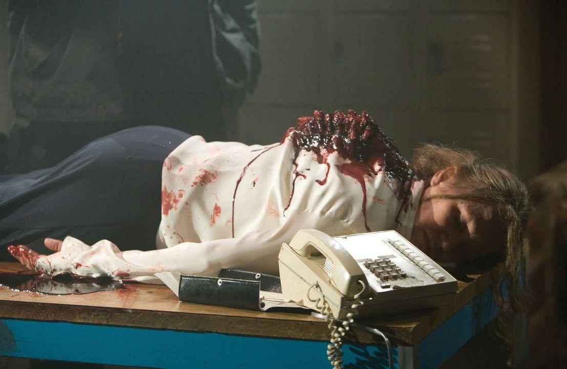 Stirbt dort, wo sie auch ihre letzten Jahre verbracht hat. Die Supermarkt-Managerin (Roberta Bassin) wird nach einem harten Arbeitstag am Schreibtis... - Bildquelle: 2007 Warner Bros. Entertainment INC.