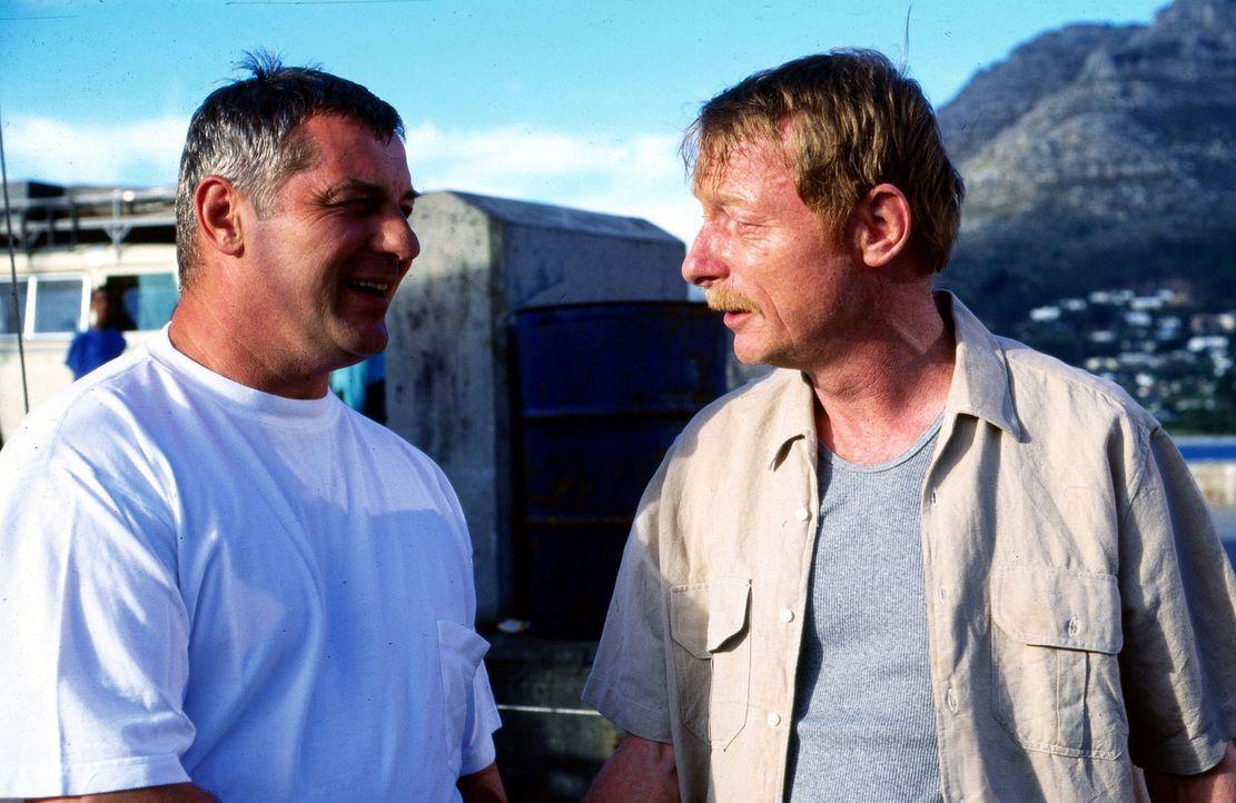 Stan Becker (Heinz Hoenig, l.) wird von der Polizei und der Drogenmafia immer mehr in die Enge getrieben. Schließlich trifft er Walker (Otto Sander,... - Bildquelle: Axel Fremmer Sat.1