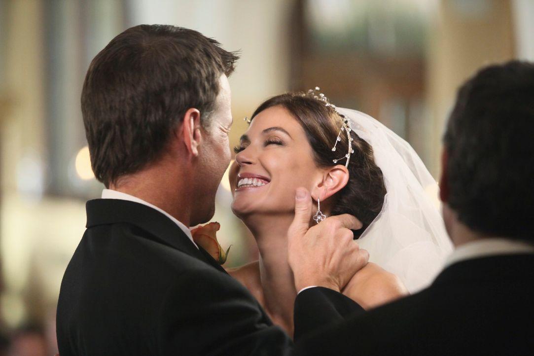 Glücklich vereint: Susan (Teri Hatcher, r.) und Mike (James Denton, l.) ... - Bildquelle: ABC Studios