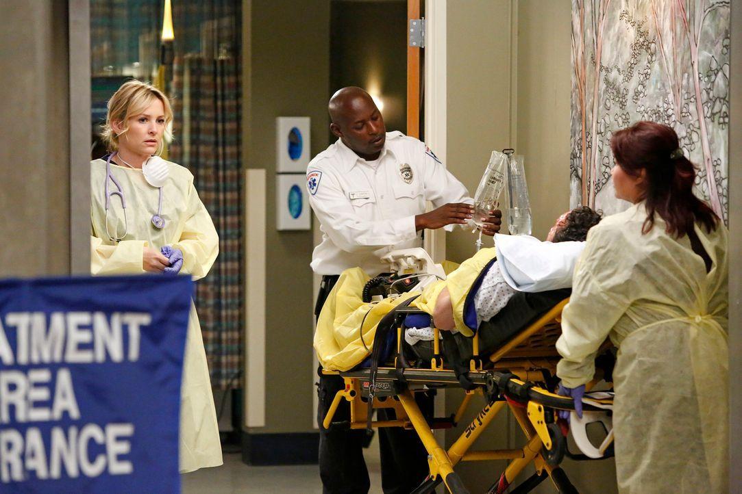 In einer großen Shopping Mall gab es eine Explosion. Arizona (Jessica Capshaw, l.) und ihre Kollegen geben alles, um die Verletzten zu retten ... - Bildquelle: ABC Studios